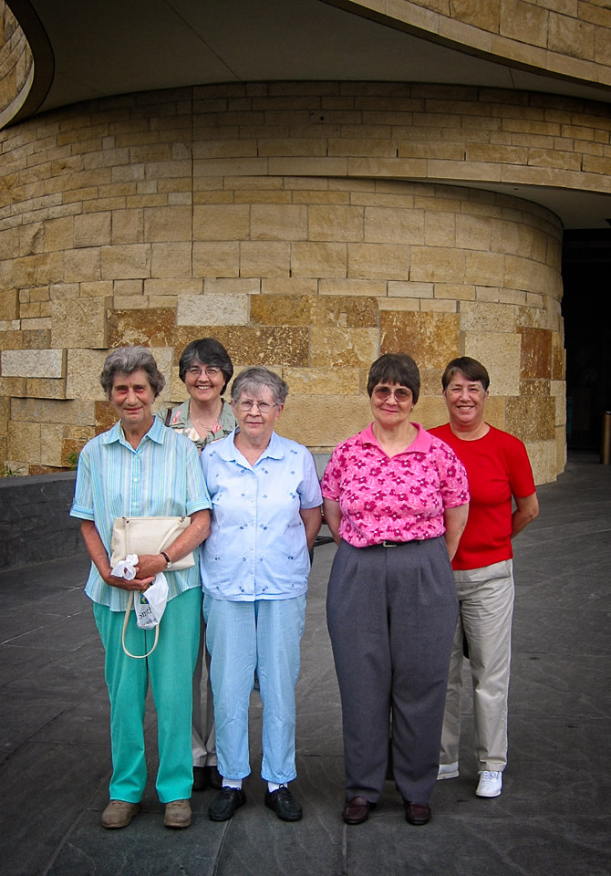 2005-06-27 Visit to the National Museum of the American Indian. Iris, Catherine, Angie, Elaine and Iris